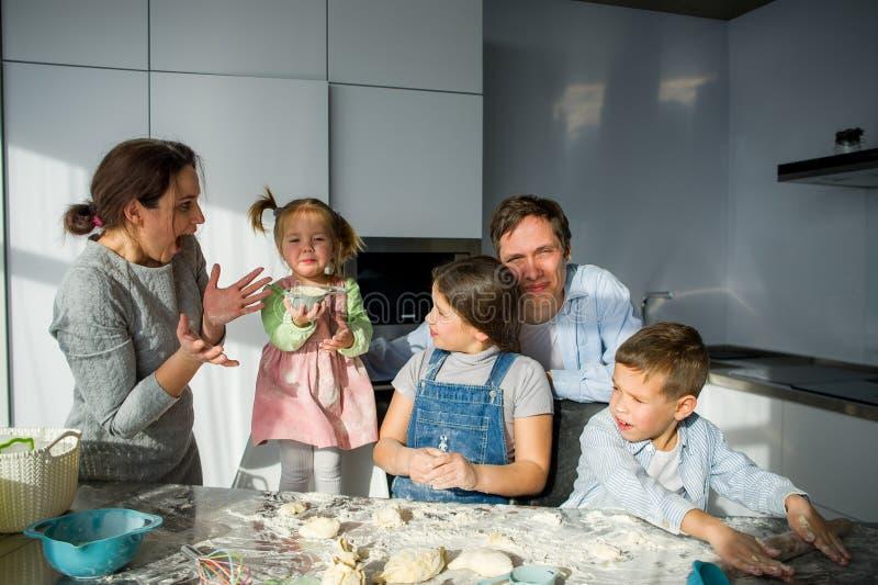 Eine fünfköpfige Familie in der Küche lizenzfreies stockbild
