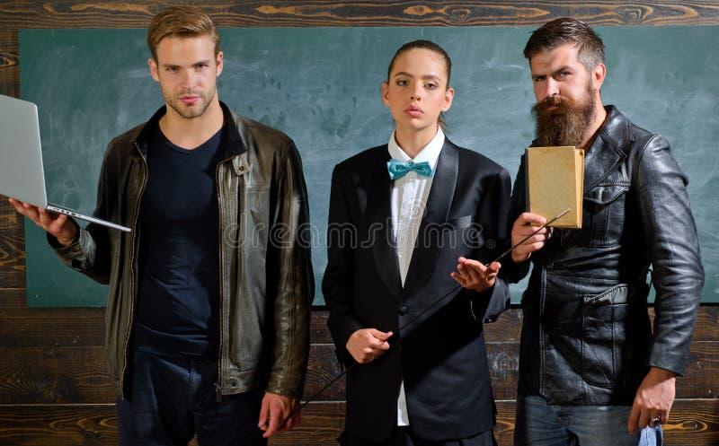 eine farbige Nachricht vor Graun Schulpersonal Leute mit Laptopbuchstand im Schulklassenzimmer Schullehrer B?rtiger Mann stockfotos
