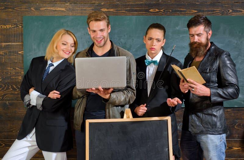 eine farbige Nachricht vor Graun Schulpersonal Leute mit Laptopbuchstand im Schulklassenzimmer Schullehrer B?rtiger Mann lizenzfreie stockfotos