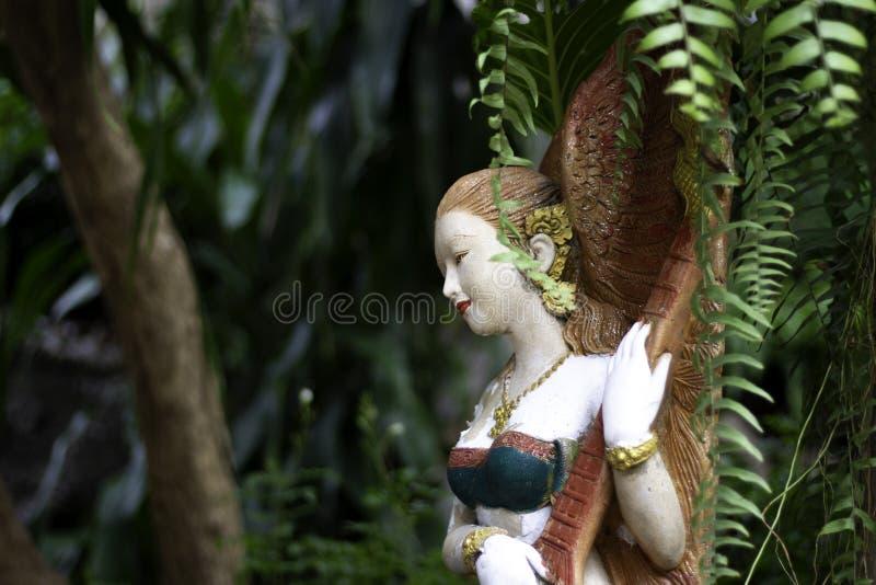 Eine feenhafte Statue umgeben durch einen kompletten Wald stockfotos