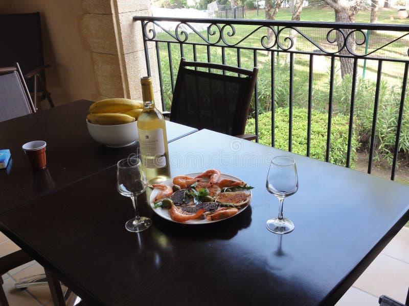 Eine feinschmeckerische Mahlzeit, Weißwein, Lachs, Garnelen stockfoto