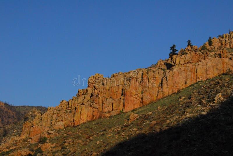 Eine felsige Kante Colorados unter einem blauen Himmel stockbilder