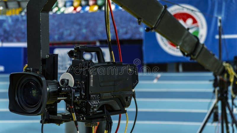 Eine Fernsehkamera auf einem Kran außerhalb des Studios Die Videokamera, die am Kran hängt, bereitet sich vor lizenzfreie stockbilder