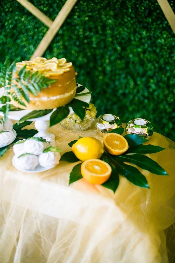Eine festliche kandi Stange verziert in einer tropischen Art mit Zitronenkuchenmuffins und Eibische und helle Ballone stockfoto
