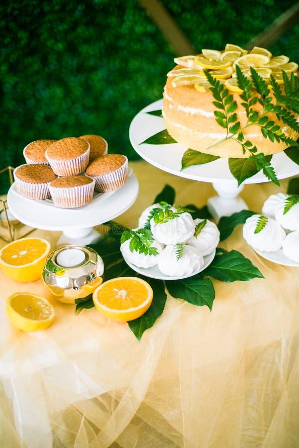 Eine festliche kandi Stange verziert in einer tropischen Art mit Zitronenkuchenmuffins und Eibische und helle Ballone lizenzfreies stockbild