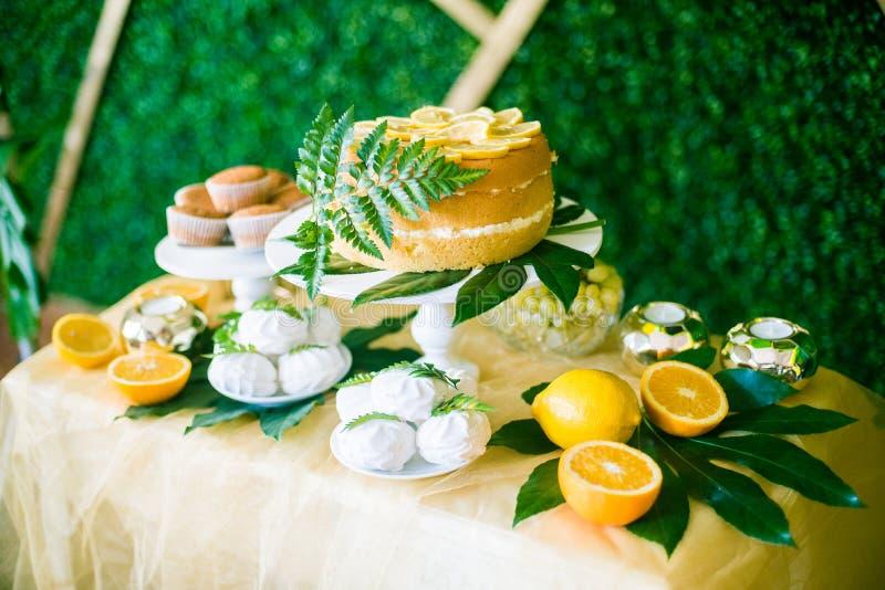 Eine festliche kandi Stange verziert in einer tropischen Art mit Zitronenkuchenmuffins und Eibische und helle Ballone stockbild