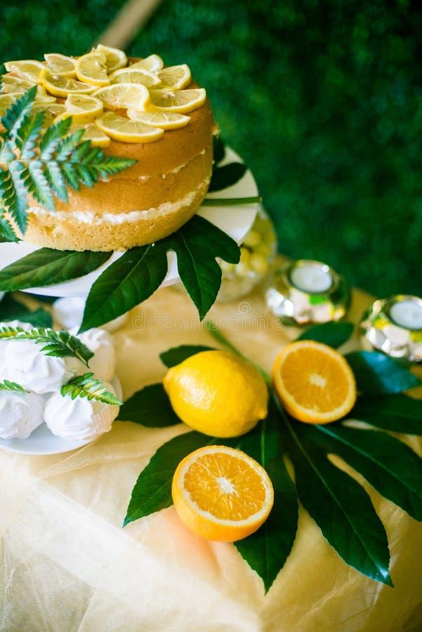 Eine festliche kandi Stange verziert in einer tropischen Art mit Zitronenkuchenmuffins und Eibische und helle Ballone lizenzfreies stockfoto