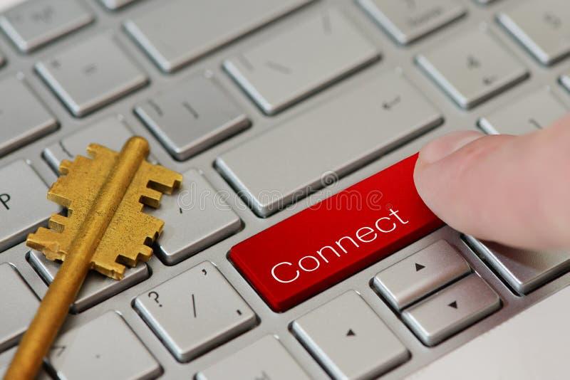 Eine Fingerpresse, die ein Knopf mit Text auf Laptoptastatur anschließen lizenzfreies stockbild