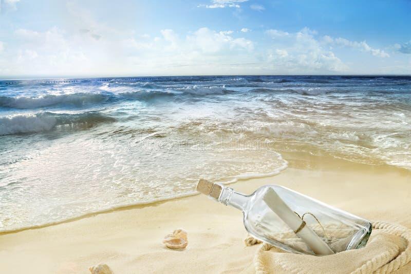 Eine Flasche auf der Küste lizenzfreie stockfotografie
