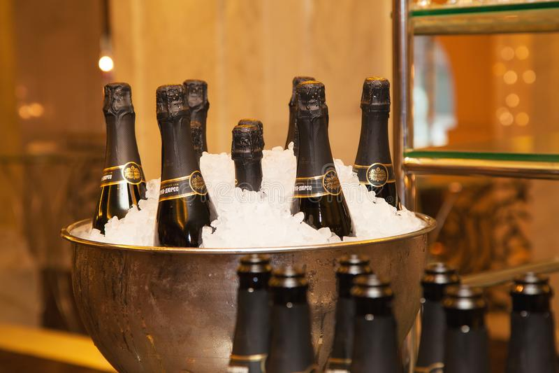 Eine Flasche Champagner kühlte im Schiff mit Eis ab Champagne Abrau Durso lizenzfreie stockfotos