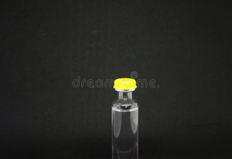 Eine Flasche des Medizininsulins und der Spritze auf einem schwarzen Hintergrund Typ 1diabetes Nahaufnahme mit Raum für Aufschrif stockbild