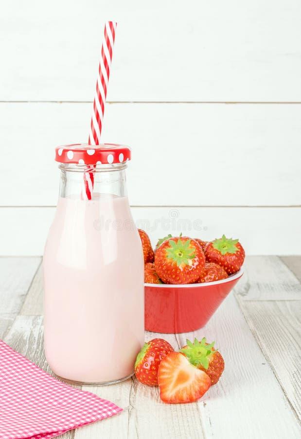 Eine Flasche Erdbeerjoghurtmilchshake stockfotografie
