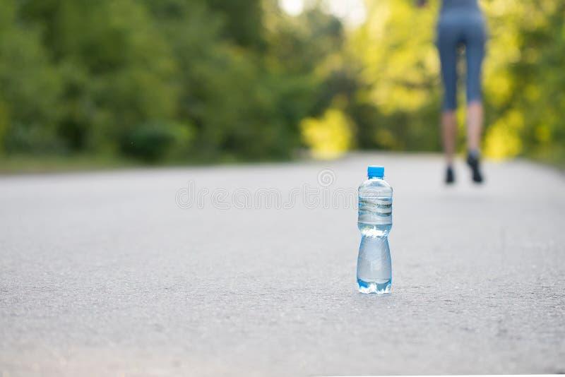 Eine Flasche Wasser auf der Straße stockfotografie