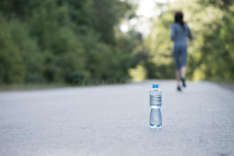 Eine Flasche Wasser auf der Straße lizenzfreies stockbild