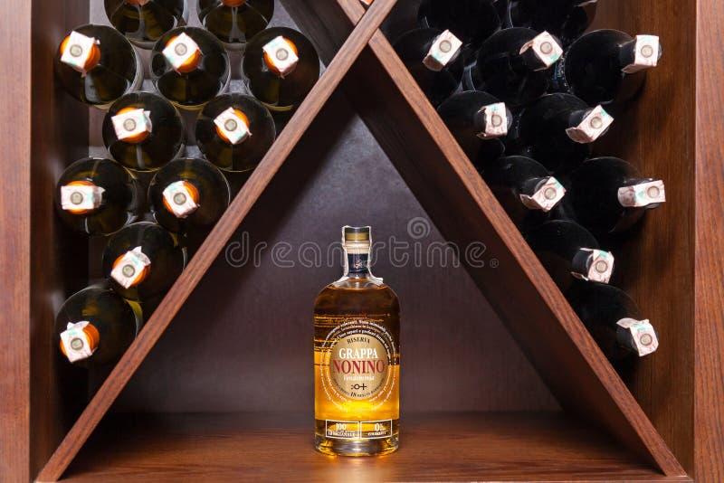 Eine Flasche weißer Wein stockbild