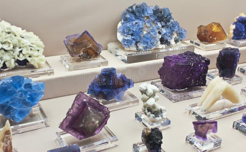 Eine Fluorit-Sammlung am Tucson-Edelstein und an der Mineralshow lizenzfreie stockfotos