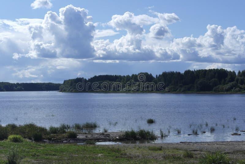Eine Flussuferlandschaft stockbild