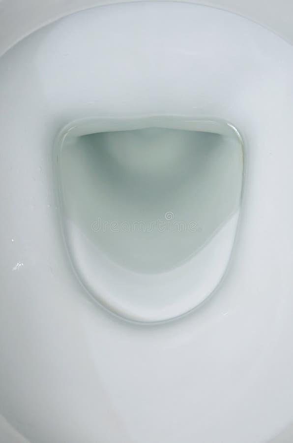 Eine Fotografie einer weißen keramischen Toilettenschüssel in der Umkleidekabine oder dem Badezimmer Keramische gesundheitliche W lizenzfreies stockbild