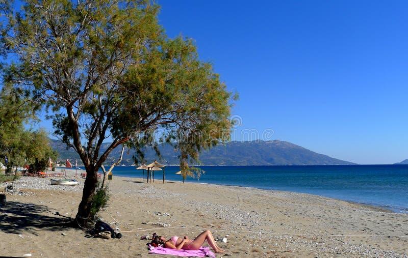 Eine Frau auf dem Strand auf der Insel von Samos Griechenland lizenzfreie stockbilder
