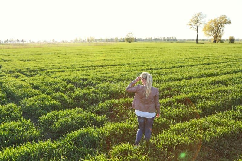 Eine Frau auf einem grasartigen Feld stockfoto