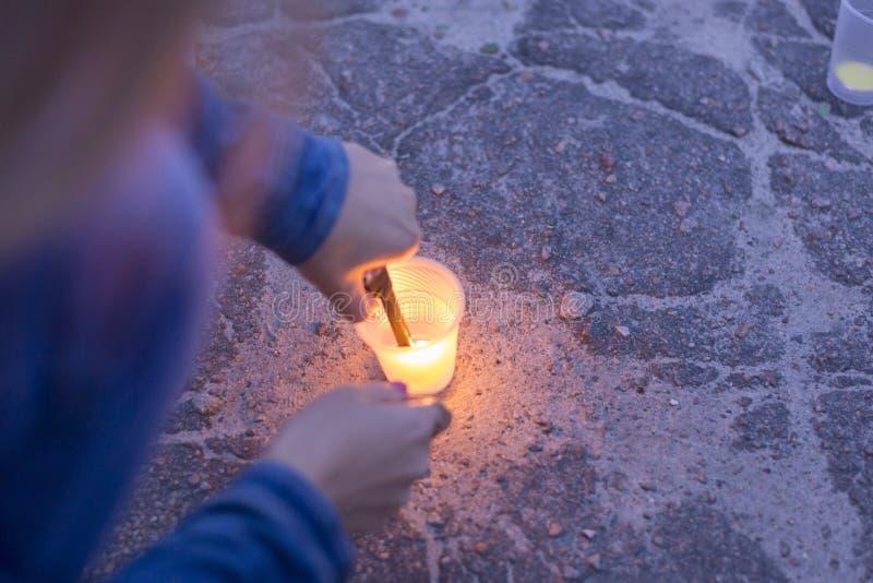 Eine Frau beleuchtet eine Kerze Tag der Erinnerung für beraubt lizenzfreie stockbilder