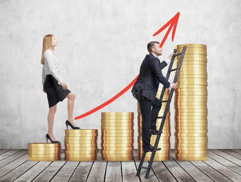 Eine Frau in der Abendtoilette läuft oben Treppe durch, die von den goldenen Münzen hergestellt werden, während ein Mann eine Abk stockfoto