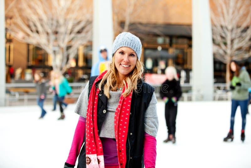 Eine Frau an der Eiseisbahn lizenzfreie stockbilder