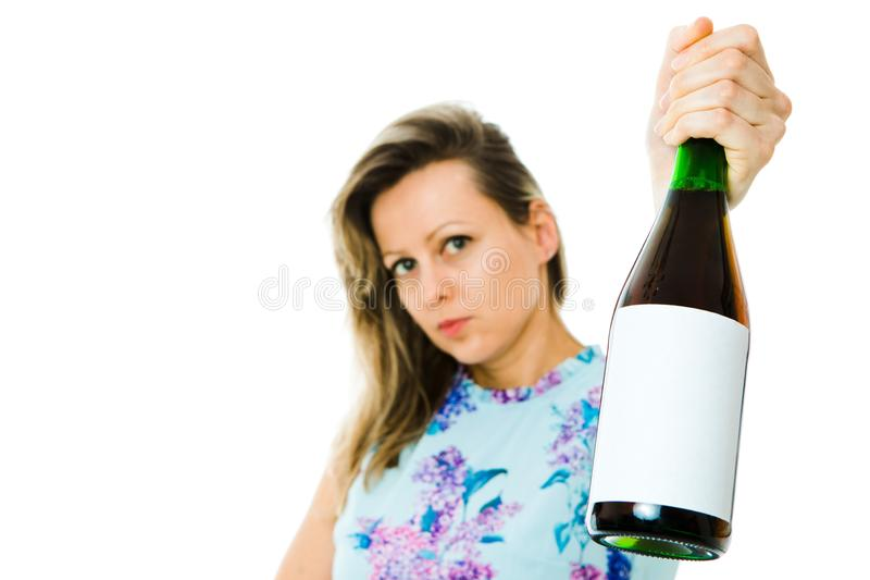 Eine Frau in der Holdingflasche des geblümten Kleids rotem Sekt - leere Etikette lizenzfreies stockfoto