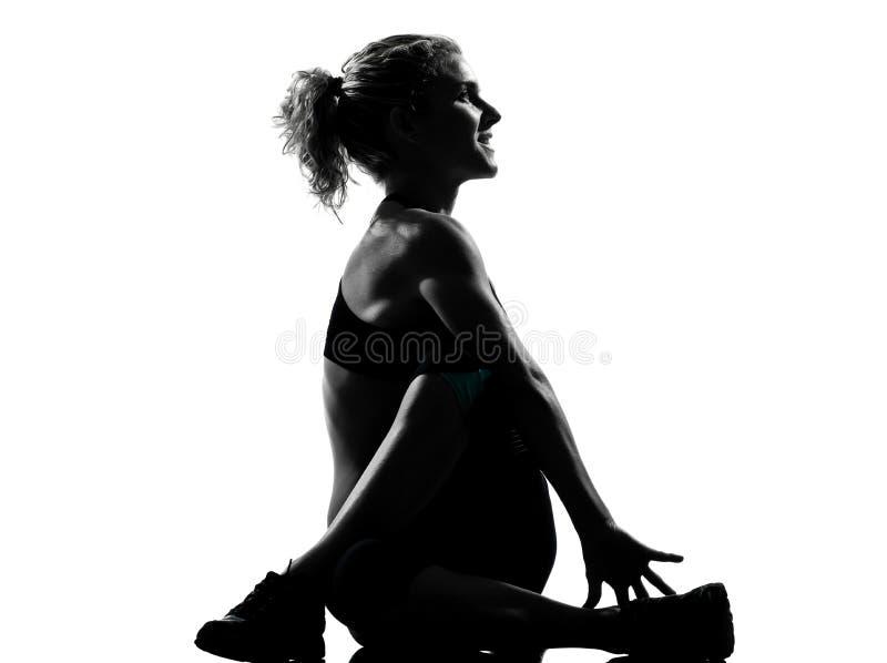 Frau, die das Yoga ausdehnt Rotationseignungslage aufwärmt lizenzfreies stockbild