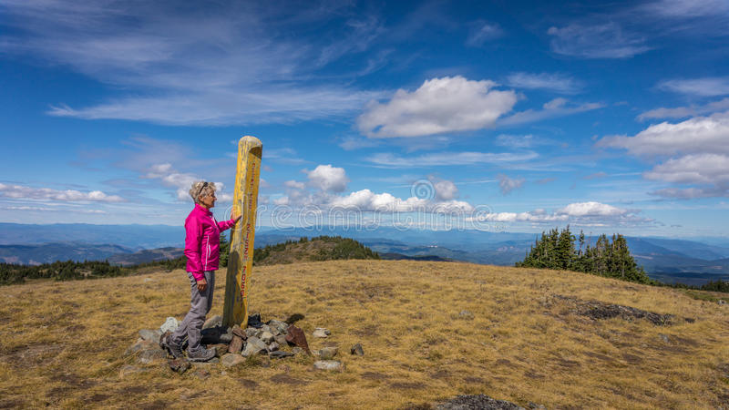 Eine Frau, die den Gipfel von Tod Mountain erreicht lizenzfreies stockfoto