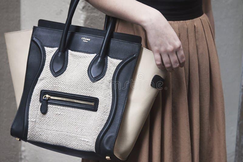Eine Frau, die eine Celine-Handtasche hält stockbilder