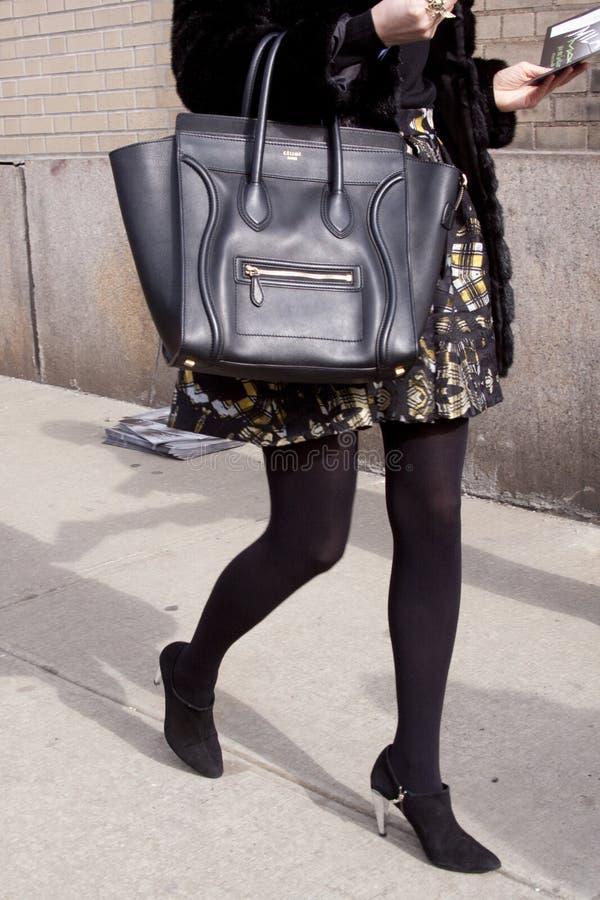 Eine Frau, die eine Celine-Handtasche hält stockfoto