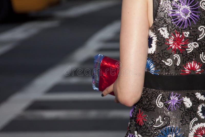 Eine Frau, die einen Kupplungsgeldbeutel hält lizenzfreie stockfotos