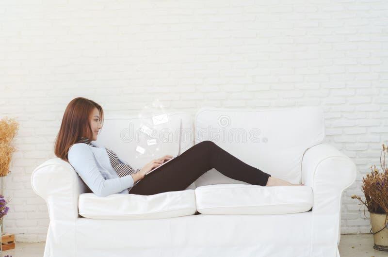 Eine Frau, die in ihrem Raum arbeitet stockfotos