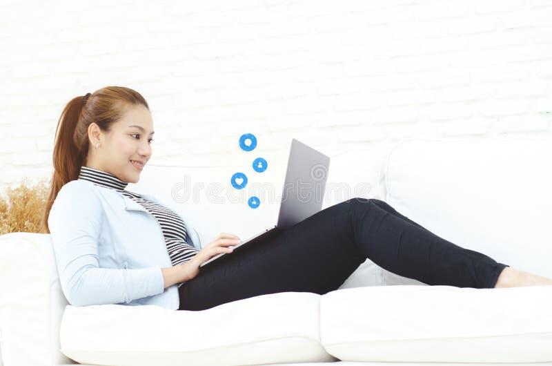 Eine Frau, die in ihrem Raum arbeitet lizenzfreies stockbild