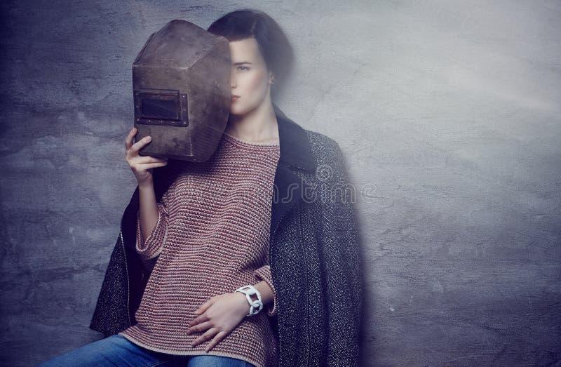 Eine Frau, die Schweißermaske hält lizenzfreie stockfotografie