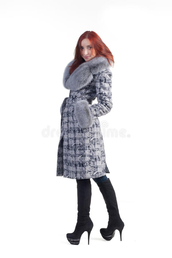 Eine Frau in einem grauen Mantel lizenzfreie stockfotografie