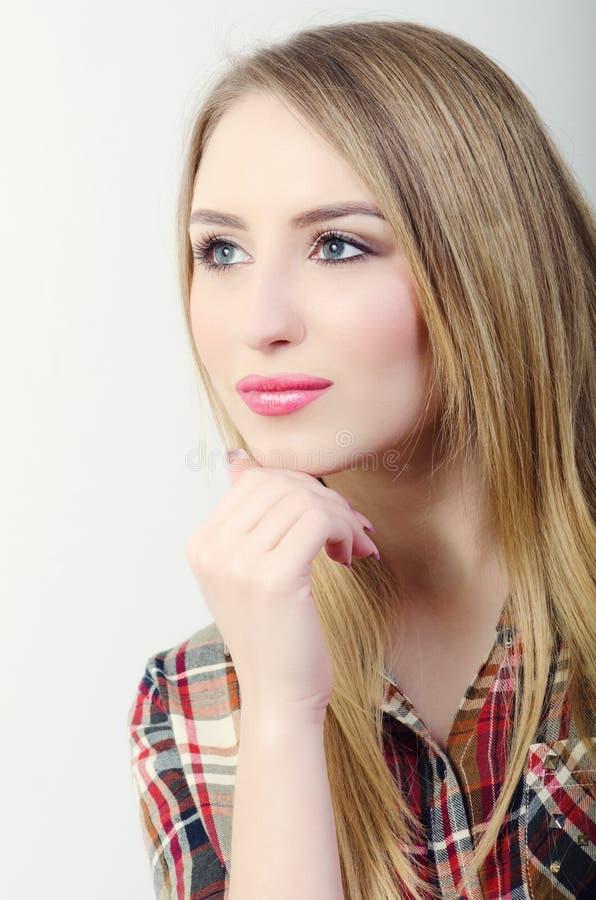 Eine Frau in einem mysteriösen Blick stockbilder