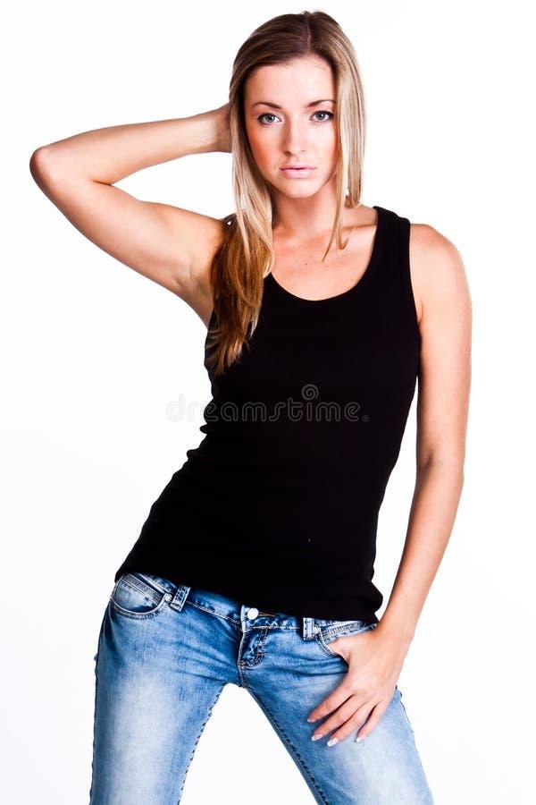 Eine Frau in einem schwarzen T-Shirt lizenzfreie stockbilder