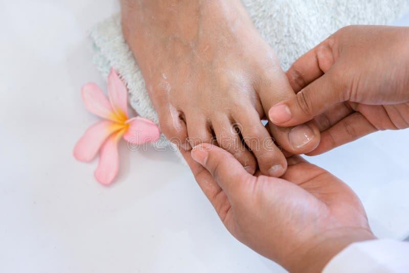 Eine Frau erhält Füße einer Pediküre stockbilder