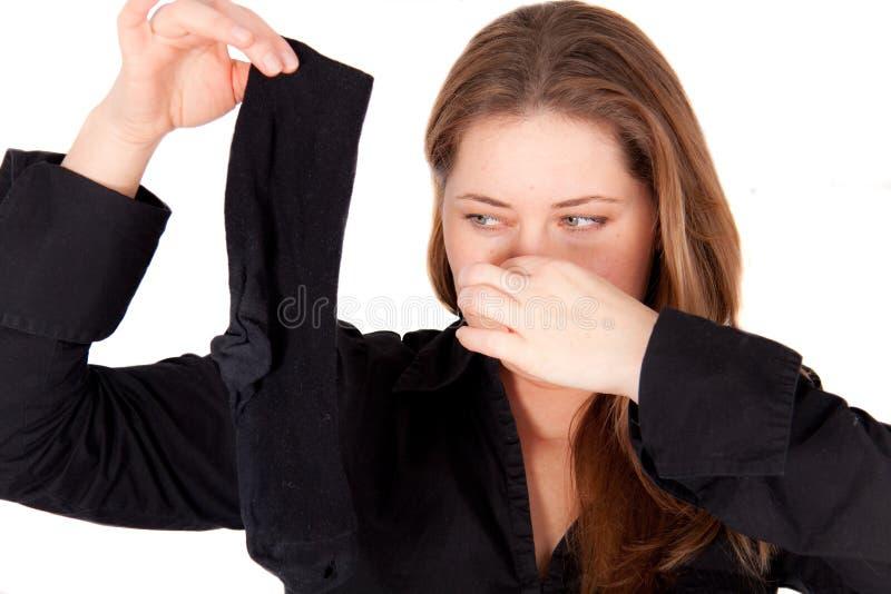 Eine Frau hält eine smelly Socke an lizenzfreies stockbild