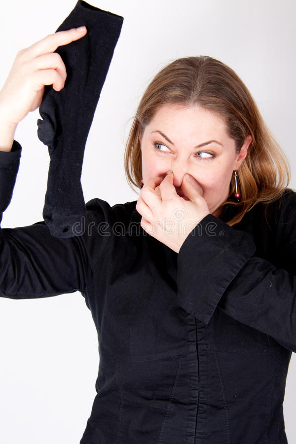 Eine Frau hält eine smelly Socke an lizenzfreie stockbilder