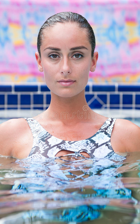 Eine Frau im Badeanzug in ein Swimmingpool lizenzfreies stockbild