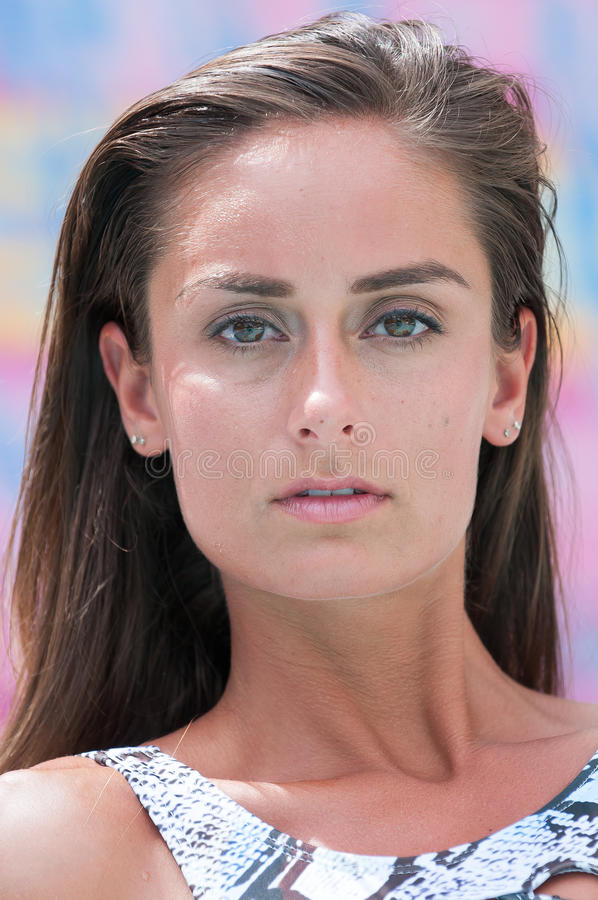 Eine Frau im Badeanzug in ein Swimmingpool stockfotos