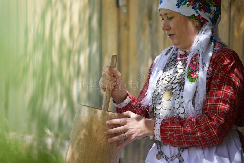Eine Frau im Dorf nimmt an Haushaltung teil Das Mädchen trägt Eimer Wasser von einer sauberen Quelle stockfoto