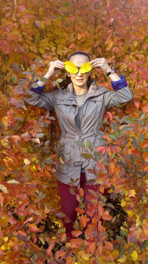 Eine Frau im Park im Herbst lizenzfreies stockfoto