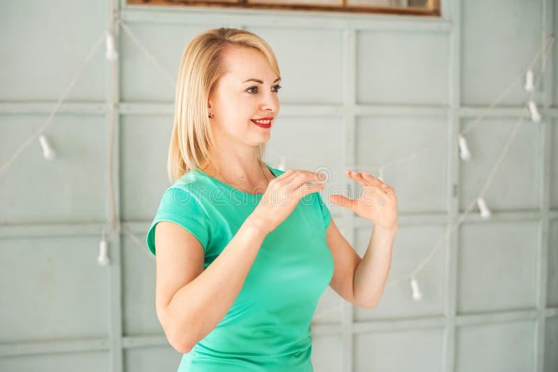 Eine Frau im Studio, das chinesische Kampfkunst Tai Chi-Nahaufnahme und Kopienraum übt lizenzfreies stockfoto