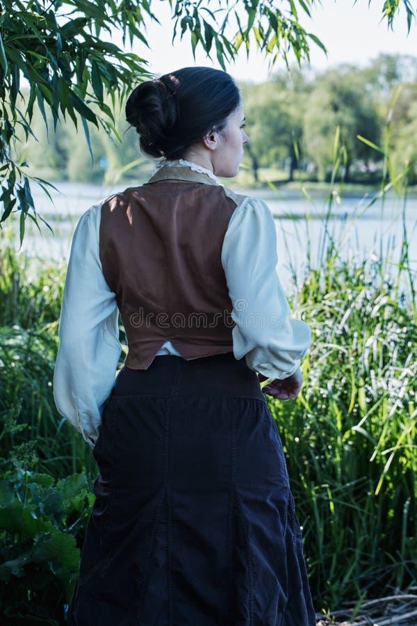 Eine Frau läuft entlang den Sumpf lizenzfreie stockfotografie