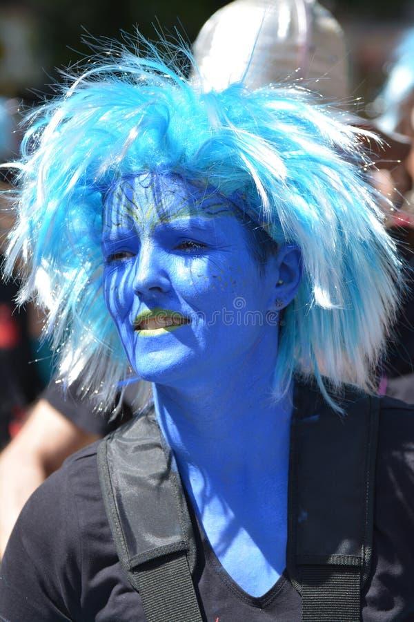 Eine Frau maskiert im Blau am Karneval der Völker in Kreuzberg, Berlin im Juli 2015 stockbilder