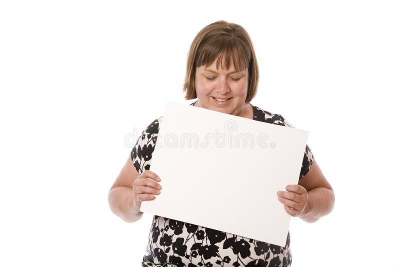 Eine Frau mit einem leeren Zeichen stockfotografie